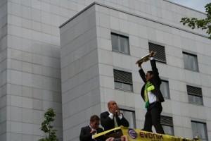 Der Spieler Antonio DaSilva reißt die Meisterschale hoch. Die Fans an der Ruhrallee feiern wie in Ekstase. Foto: Martin Schmitz