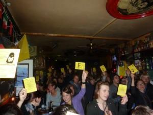 Mit gelben Karten konnten die Zuschauer ihre Stimmen abgeben.