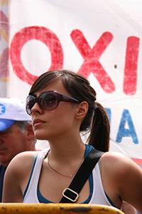Eine junge griechische Demonstrantin in Athen