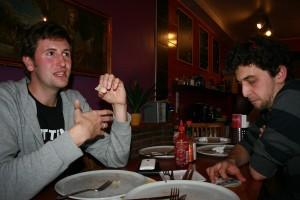 Herr Paschulke_Börries und Micha beim Pizza essen; Foto: Melanie Meyer