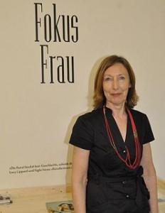 """Professorin Cindy Gates leitet """"Fokus Frau"""". Sie produziert die kurzen Interviewfilme. Den Studenten, die das Projekt ansonsten eigenständig orgnaisieren, steht sie beratend zur Seite."""