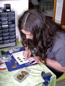 Um sich ihr Studium zu finanzieren, hat Rae Grimm Schmuck im Internet verkauft. Foto: Yvonne Grote-Kus