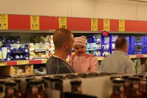 Testpersonen Rainer und Matilda im Supermarkt. Die Frauen achten jedoch eher auf Käse und Cornflakes als auf Rainer.