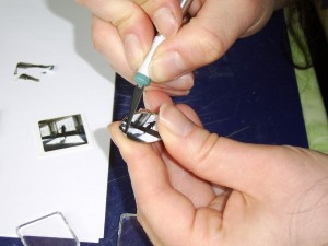 Die Kleinarbeit an den Schmuckstücken erfordert einige Übung und Genauigkeit. Foto: Yvonne Grote-Kus