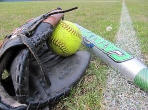 Das Werkzeug eines Softballspielers: Handschuh, Ball und Schläger. Foto: Birte Möller