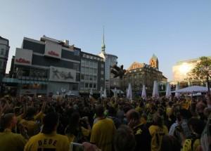 Schon vor zwei Wochen war der Alte Markt zum Bersten voll - doch das war erste der Anfang! Quelle: Dortmund-Agentur/Soeren Spoo.