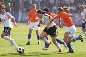 Birgit Prinz im Angriff gegen die Niederlande: Im internationalen Vergleich gehört Deutschland zu den Vorreiternationen des Frauenfußballs. Foto: Lutz Leitmann/ Presseamt Stadt Bochum