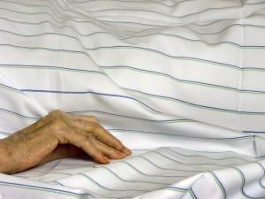 Die Entscheidung für eine Organspende bedeutet, dass sich die Angehörigen nicht in aller Ruhe von ihrem Verwandten verabschieden können. Foto: willma... / photocase.com