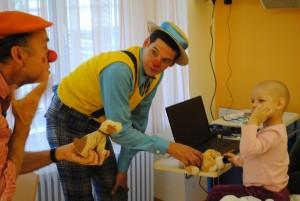 Den Zugang zu den schwerkranken Kindern bekommen die Clowns durch Small Talk und lustige Situationen. In diesem Fall durch ein Gespräch von zwei Kuscheltieren. Foto: Thomas Borgböhmer