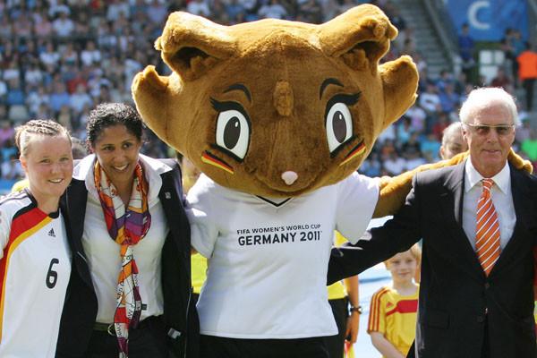 ???, OK-Chefin Steffi Jones, Maskottchen ??? und Franz Beckenbauer beim Eröffnungsspiel der U20-WM 2010 in BochumFoto: Lutz Leitmann/Stadt Bochum, Presseamt