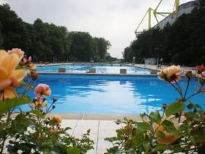 Das Freibad liegt direkt hinter dem Westfalenstadion: Eine besondere Kulisse. Foto: Vivien Schütz