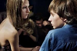 Auf einer Party lernen sich die beiden Außenseiter Alice und Mattia kennen - und fühlen sich in ihrer Einsamkeit sofort verbunden. Foto: NFP / Bavaria Pictures, Lorenzo Castore
