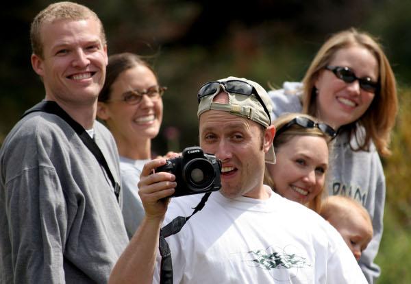Studien haben gezeigt, dass Menschen in Gesellschaft 30-mal häufiger lachen als allein. Foto: flickr.com / makelessnoise