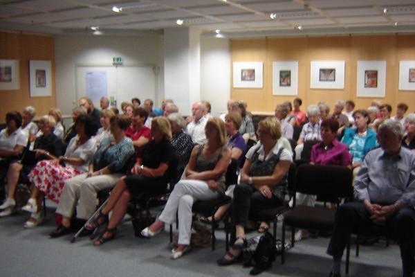 Zu den Vorträgen kommen meist um 50 bis 60 Besucher. Dabei ist vor allem das Literaturcafè sehr beliebt bei den Senioren. Foto: Thomas Borgböhmer