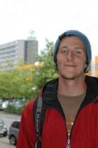 Tristan auf dem Campus der TU. Der lässige Kleidungsstil lässt leicht einen Surfer hinter dem Lehramtsstudenten vermuten. Foto: Maren Bednarczyk