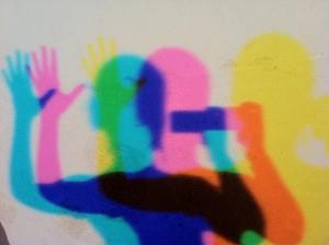 Sieht aus wie Discopogo auf der Tanzfläche, zeigt aber eigentlich ein Phänomen aus Goethes Farbenlehre. Mein Schattenspiel im Lichtraum. Foto: Maren Bednarczyk.