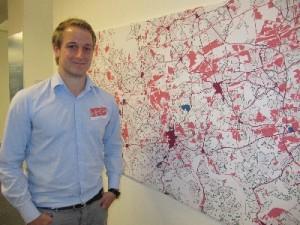 Leif von Nethen hat als Hiwi am Aufbau der Ausstellung mitgearbeitet. Foto: Birte Möller