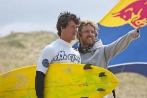 Einfach Spaß haben und die Zeit mit Freunden verbringen, das ist Tristans Devise beim Surfen. Hier analysiert er mit einem anderen Surfer die Wellen des Atlantiks. Foto: ADH Open / Jo Wyneken