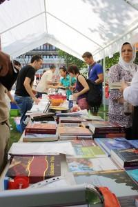Multi-Kulti auf dem Essener Campus: Auf dem Basar der Kulturen stellten Iraker, Chinesen und Türken ihre Spezialitäten und Traditionen vor. Foto: AStA UDE