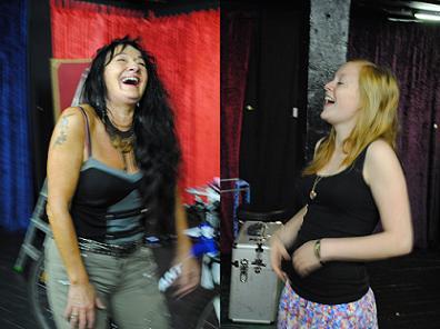 Links der Profi, rechts der Laie: Auf Kommando lachen! Foto: Madita Best