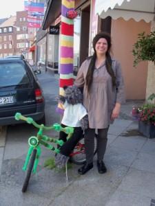 Sabine Herzer strickt nicht nur Laternen ein, ihr aktuelles Projekt ist ein Kinderfahrrad. Foto: Yvonne Grote-Kus