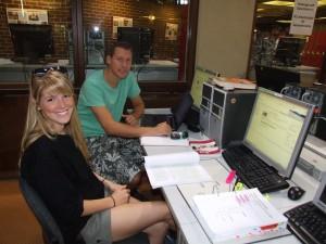Arbeit vor dem Vergnügen: Nicole und Simon fahren bald ans Meer, aber erstmal lernen sie für Sportwissenschaften in der Bibliothek. Bild: Alexander Greven