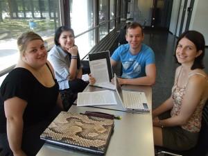 """Susanne, Nina, Martin und Marie (v.l.) schreiben das Referat für 'Form und Nutzen von Lehrerkooperation'. """"Gute Frage, was genau das ist."""" Bild: Alexander Greven"""