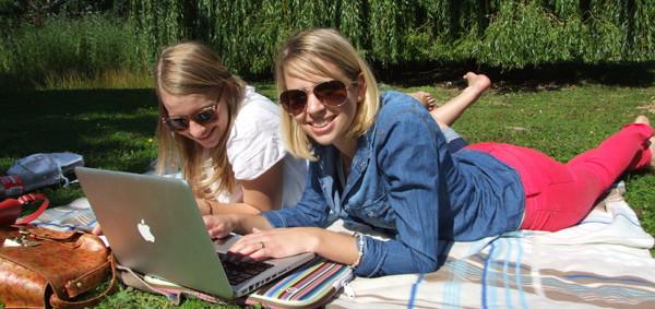Wenigstens die Sonne scheint: Jana und Daniela haben es sich mit den Lernunterlagen auf der Wiese zwischen TU und FH bequem gemacht. Bild: Alexander Greven