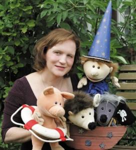 Daria Nitschke schreibt fast alle Geschichten selber, die sie in ihrem Puppentheater spielt. Foto: Peter Otworowski.