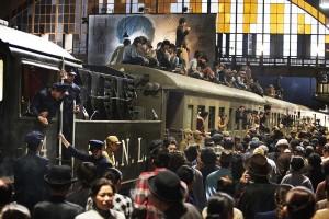 Der letzte Zug raus aus Shanghai. Besonders die Hektik der Massenszenen gibt der Geschichte Dynamik. Foto: Senator Filmverleih
