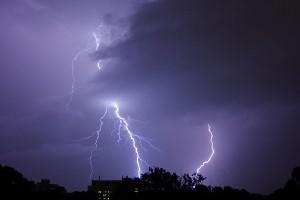 So richtig heiß war es dieses Jahr nicht am See oder im Freibad, sondern im Himmel. Pro Gewitter zählten die Meteorologen tausende Blitze. Foto: flickr.com/User: not so nice duck