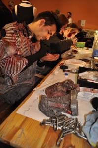 Kette und Metzgerhandschuh liegen schon parat, schnell noch die Zombielinsen rein und dann gehts für Adrian raus zur Horrorschow. Foto: Maren Bednarczyk