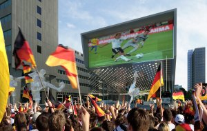 Perfekt fürs Public Viewing: Der LED-Screen an der Stirnseite. Quelle: HPP Architekten