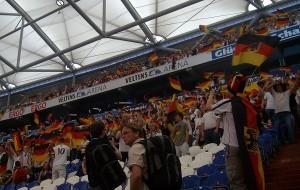 Egal, ob Sitz- oder Stehplatz, bei guter Stimmung gibt es bei den Fans kein halten mehr - so wie hier beim Public Viewing auf Schalke bei der WM 2010. Foto: Maren Bednarczyk.