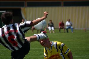 Im Dortmunder Amateurfußball treten manche Spieler nicht nur gegen den Ball. Foto: Uwe Steinbrich / www.pixelio.de