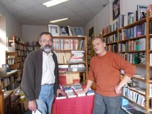 Hassan Sahin und Helmut Weiss in dem Buchladen Taranta Babu. Foto: Nora Sonnabend