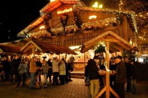 Beliebter Treffpunkt auf dem Hansaplatz: Wandlers Hütte, hier gibt's Glühwein und Skihütten-Feeling. Fotos: Christian Kleber