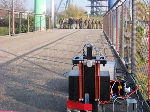 Ein wissenschaftliches Experiment auf der Fußgängerbrücke im Olga-Park, Oberhausen. Foto: Ramesh Kiani