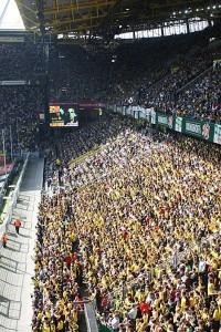 Die schwarz-gelbe Wand im Westfalenstadion. Samstagnachmittag werden die BVB-Fans im heimischen Stadion alles geben, damit ihre Mannschaft gegen den Nachbarn und Rivalen aus Gelsenkirchen gewinnt. Foto: flickr.com/User: funky1opti