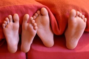 Morgendliche Zweisamkeit unter der Bettdecke - zusammen aufzuwachen ist doch immer wieder wunderschön. Foto: S. Hofschlaeger/pixelio.de