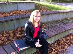 """Ob facebook ihr Sozialleben beeinflusst? """"Nicht wirklich. Online ist wichtig, offline ist wichtiger"""", sagt Laura."""