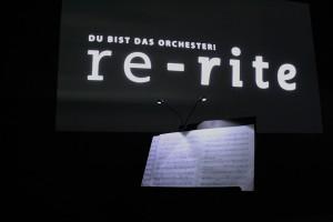 Ein Notenpult mitten in einem dunklen Raum. Hier schlüpfen die Besucher in die Rolle eines Dirigenten. Foto: Sabine Knodt