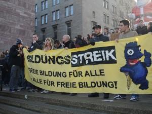Mit einem Transparent setzen sich Studenten und Schüler in der Dortmunder Innenstadt für freie Bildung ein. Foto: Verena Hilbert