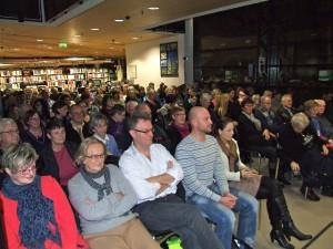 Verträumtes Publikum: Mehr als 100 Gäste in der Rotunde der Stadtbibliothek Dortmund. Foto: Alexander Greven . Foto: Alexander Greven