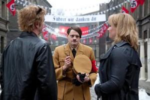 """""""Alexandra"""" und Jürgen treffen am Filmset auch auf den Schauspieler, der Hitler performen wird (Max Giermann) und der für lustige Momente sorgt. Foto: Universal"""