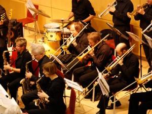 Die Big Band der Universität Duisburg Essen sorgt für jazzige Weihnachtsmusik.