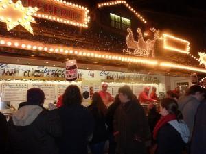 Den Spaniern fallen die vielen Menschen und Kinder auf dem Weihnachtsmarkt auf. Foto: Alberto Sisi Sanchez