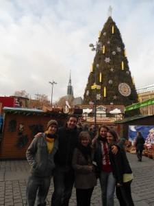 Pflichtlektüre-Autorin Joanna Pietryka (Mitte) stimmt sich mit anderen Austauschstudenten auf Weihnachten ein. Der Weihnachtsmarkt-Besuch ist dabei ein besonderes Ereignis. Foto: Privat