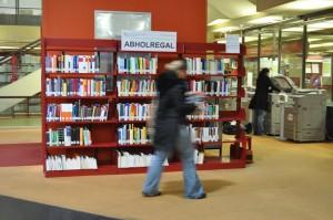 Das neue Abholregal befindet sich direkt im Eingangsbereich der Bibliothek. Foto: Christian Kleber
