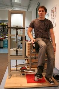 Autor Ingo Martin Schmitz testet die Fußtrainingsmaschine. Foto: Emmanuel Schneider